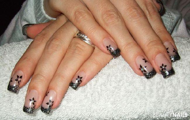 anthrazit-glitter mit netz-stamping und blumen Nageldesign