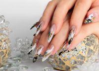 Auffällige elegante Nägel in schwarz, weiß, gold Nageldesign
