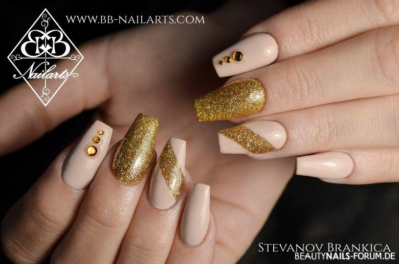 Ballerinas in Nude und Gold Nageldesign