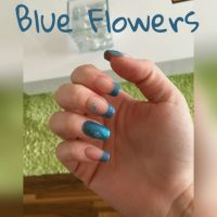 Blaues French mit Blumensticker Nageldesign