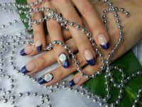 Blaues Frenchdesign mit Plastilinblume & Steinchen Nageldesign