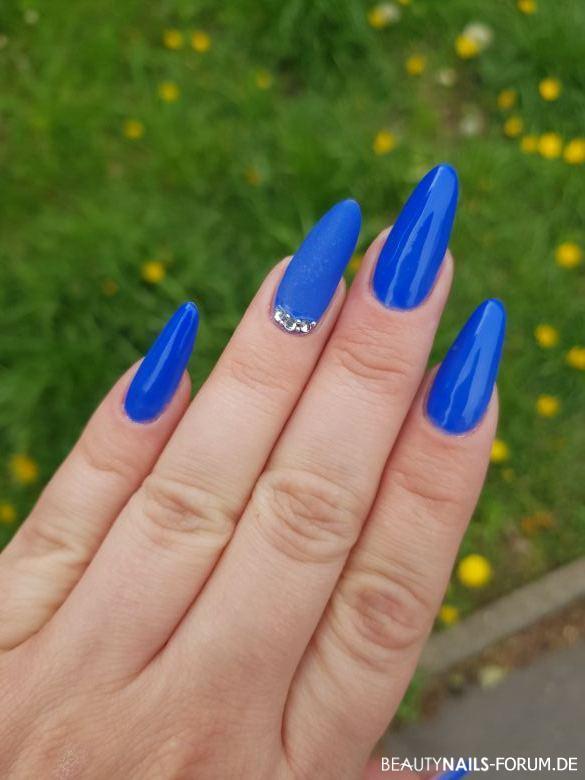 Blaues Fullcover - lange Mandel mit Steinchen Nageldesign