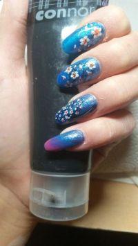 Blaues Fullcover mit kirschblüten-design Nageldesign