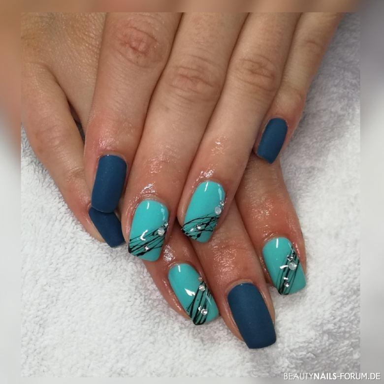 Blautöne mit Streifenmuster und Steinchen - Nailart Nageldesign