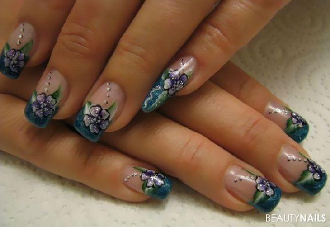 Blüten auf petrol Nageldesign