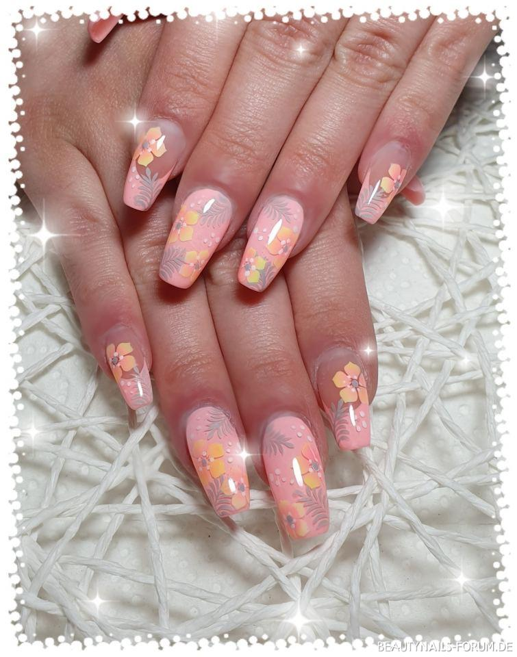 Blütendesign in Pastelltönen Nageldesign