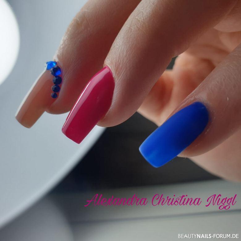 buntes Fullcover in nude, pink und blau Nageldesign
