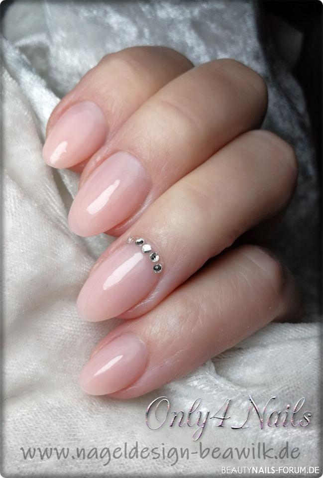 Dezentes Nageldesign in milky rose mit Strass Nageldesign rosa nude -  Nailart