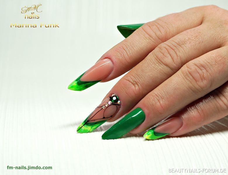 Edge Nägel in auffälligem Grün mit Nageldesign