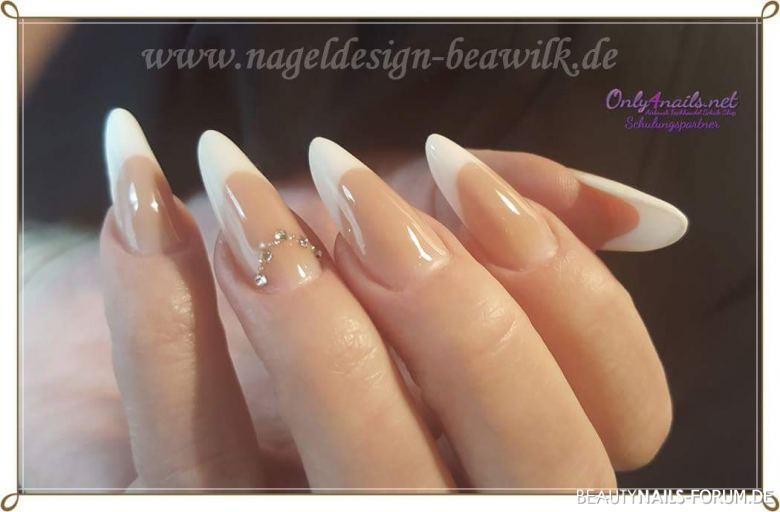Elegante Mandel Form Mit French Design In Weiss Nageldesign