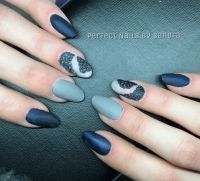 Eleganter Matt-Look in blau/grau Nageldesign