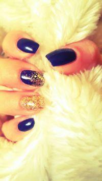 Farbenfrohe Gelnägel in blau mit Gold Glitzer Nageldesign