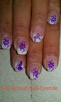 French Airbrush weiss Blume lila Nageldesign