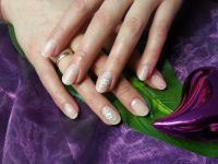 French milky dezente Nailart mit Tattoo-Blume Nageldesign