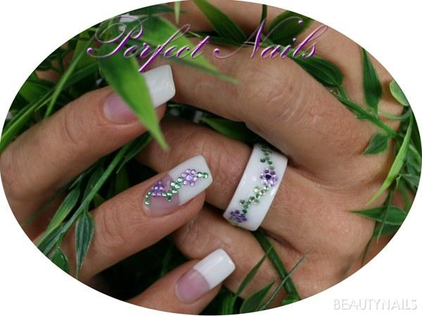 French Nails mir Ring Nageldesign - French Nails mit dezenter Nailart in Blumenform Ring dido mit Nailart