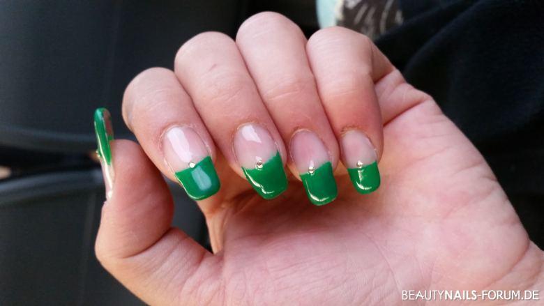 Frenchnägel grün mit Strasssteinen