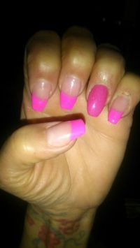 Frenchnägel in grellem Pink Nageldesign