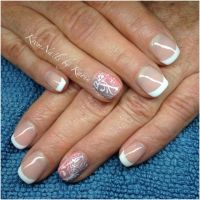 Frenchnägel mit Ringfinger Highlight Nageldesign