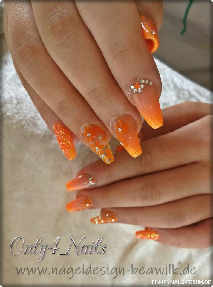 Fruehlings-Naegel orange mit Airbrush und Glitzer