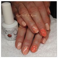 Frühlingshaftes Design in Apricot Nageldesign
