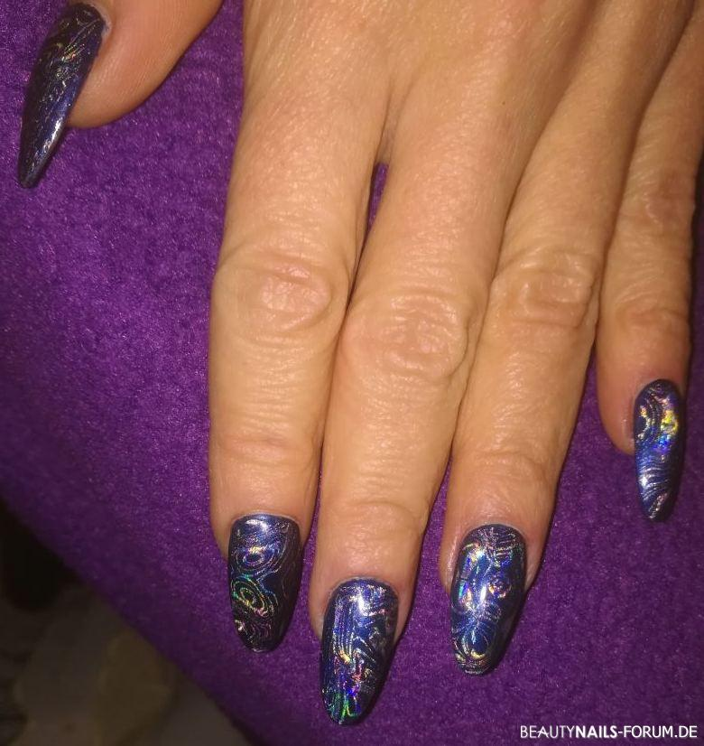 Full cover dark blue metallic mit Holofolie Nageldesign blau silber -  Nailart