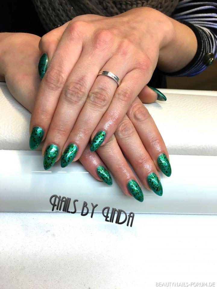 Fullcover grün mit Glitter Nageldesign