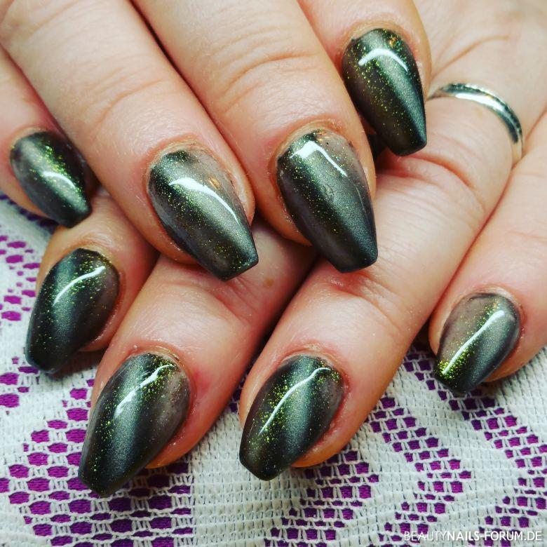 Fullcover Mit Cat Eye In Grun Mit Goldglitzer Nageldesign