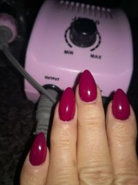 Gel Schablonen Modellage in dunklem Pink Nageldesign