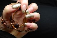 Gelmodellage in Gold Nageldesign