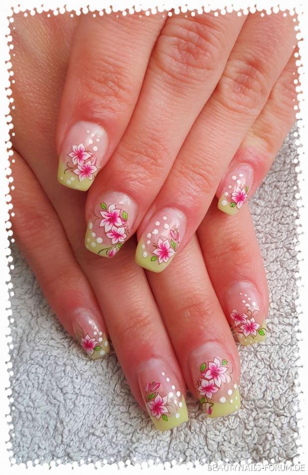 Gelmodellage Pastell Gru00fcn Mit Blumen Und Punkten Nageldesign