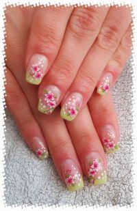 Gelmodellage Pastell Grün mit Blumen und Punkten Nageldesign