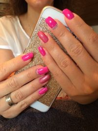 Gelnägel in Pink und Rot, elegant Nageldesign