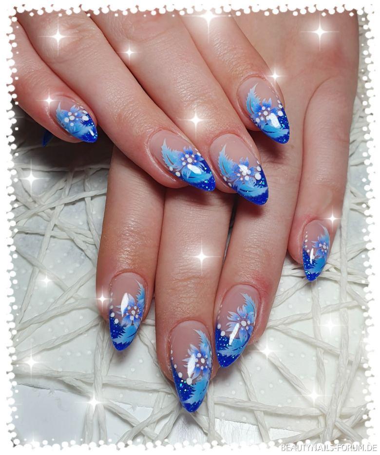 Glitzer blau mit Airbrush Blumen Nageldesign