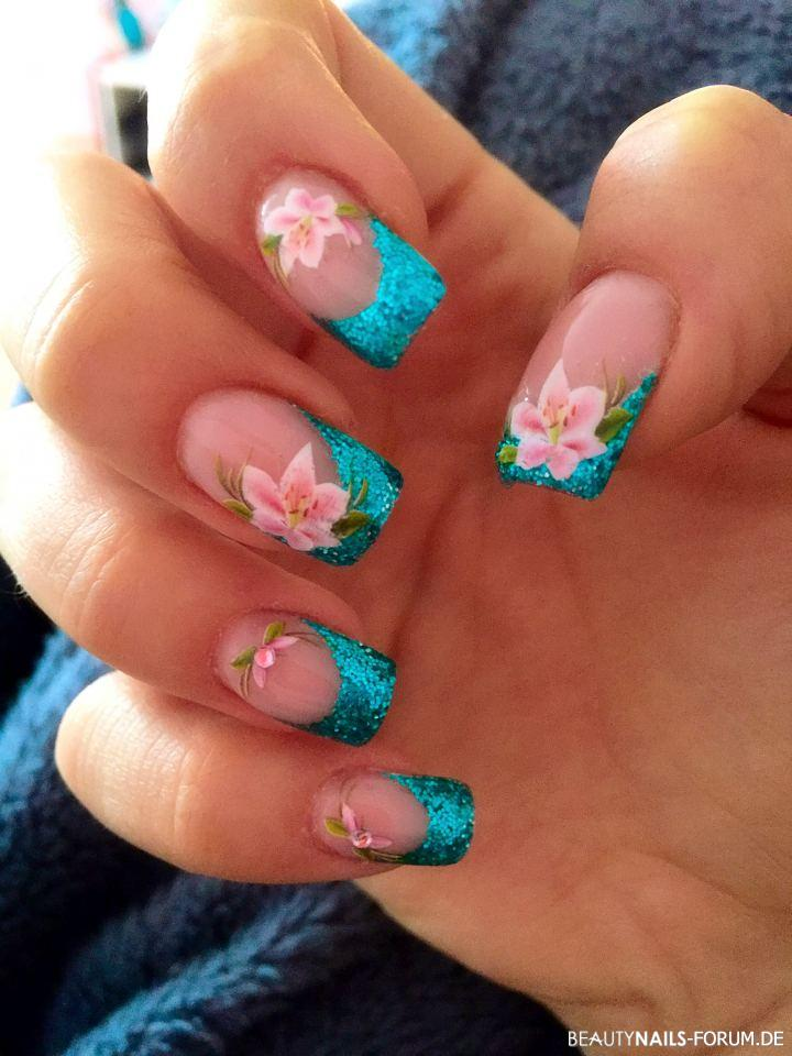 Glitzerfrench in petrol mit rosa Blumen Nageldesign