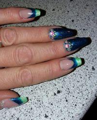 Grünblauer French-Farbverlauf mit Steinchen Nageldesign