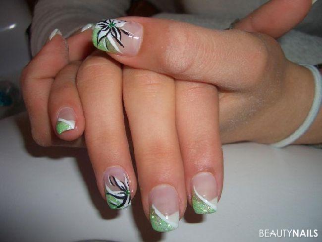 grüner glitzer mit weißen blumen Nageldesign