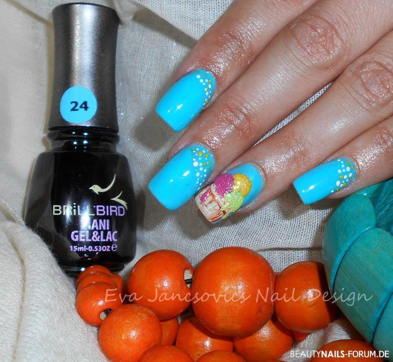 Hellblaue Nägel - Eis mit Sugar Effect Nageldesign