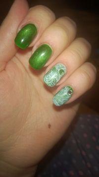 Knallig grüne Nailart mit Watertattoo und Steinchen Nageldesign