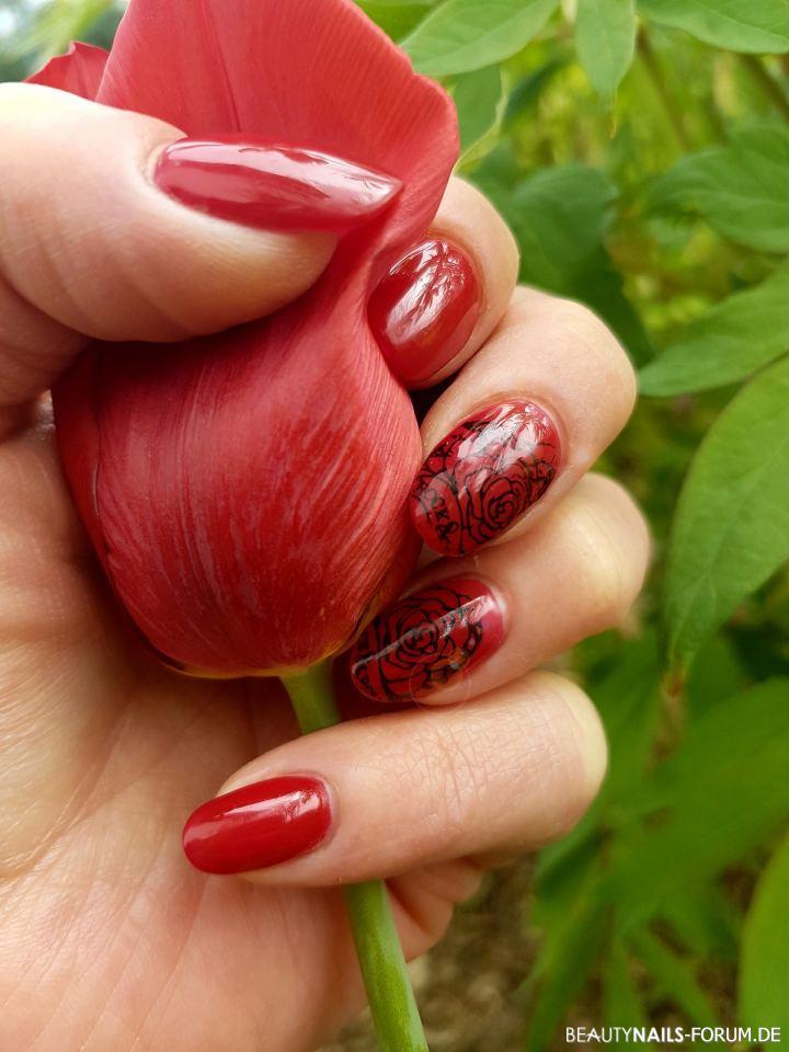 Kurze Mandeln in rot mit Rosenstamping Nageldesign