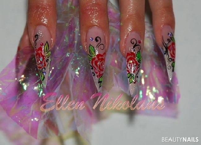 Lange Fingernägel mit Nailart Nageldesign