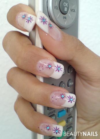 Lila blumen mit steinchen nagelforum nailart
