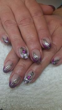 Lila French mit Liquid stones Nageldesign