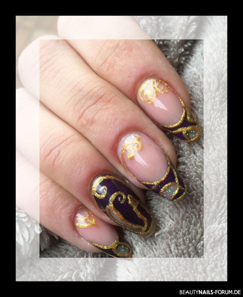 Mandel in Gold und lila Nageldesign