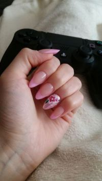 Mandelförmige French Nails mit Blumendesign Nageldesign