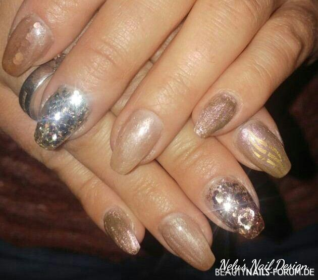 Metallic Look in Gold- und Glitzer - Nailart Nageldesign gold nude - Metallic Brass mit Bronze Glitzer Nailart