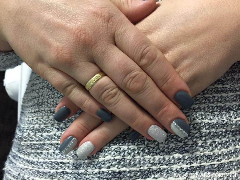 modern nailart grau und silber glitzer mit steinchen nageldesign. Black Bedroom Furniture Sets. Home Design Ideas