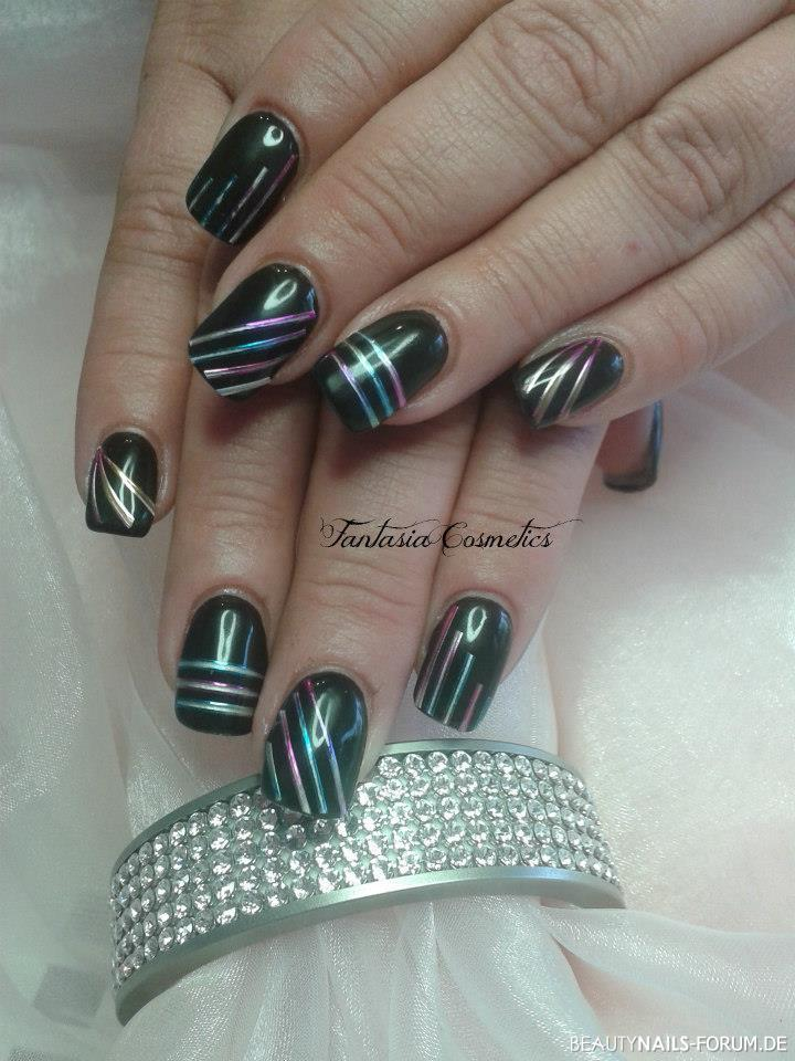 Nageldesign Bild in schwarz mit Streifen Nageldesign - Black Nails with stripes Nailart