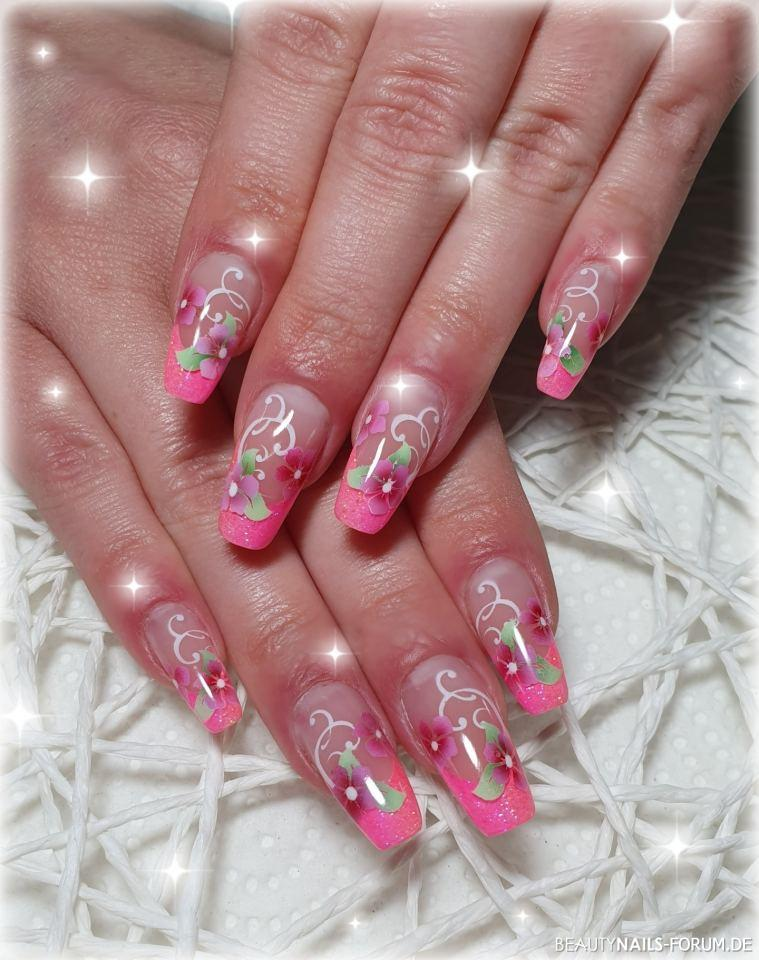 Nageldesign in pink mit Airbrush Blüten und Schnörkeln Nageldesign pink - Modellage mit Acrylgel, French in Pink/Peach mit Airbrush Nailart