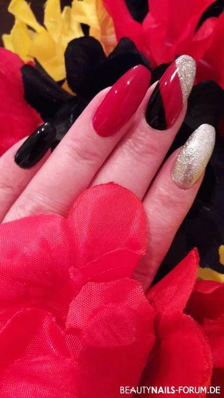 Nailart in schwarz, rot, gold