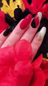Nailart in schwarz, rot, gold Nageldesign